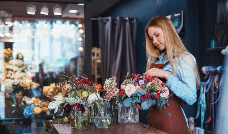 attractive-florist-at-the-counter