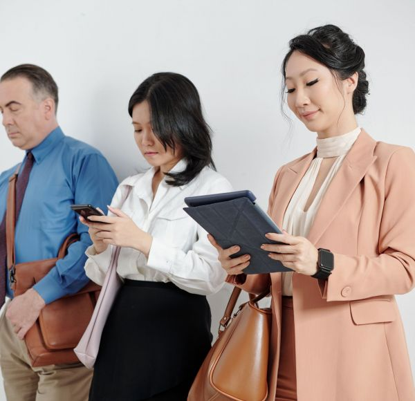 business-people-reading-articles-online