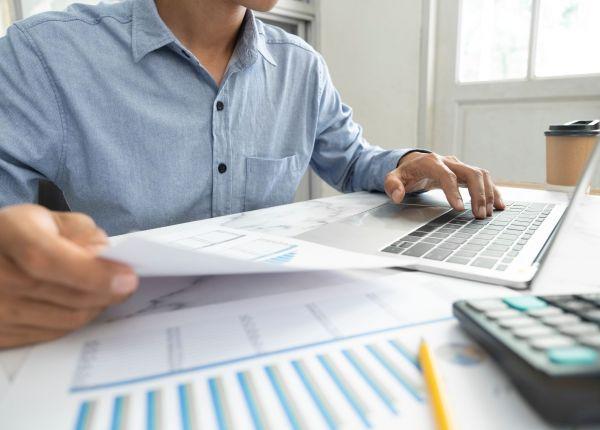 businessman-analyse-marketing-data