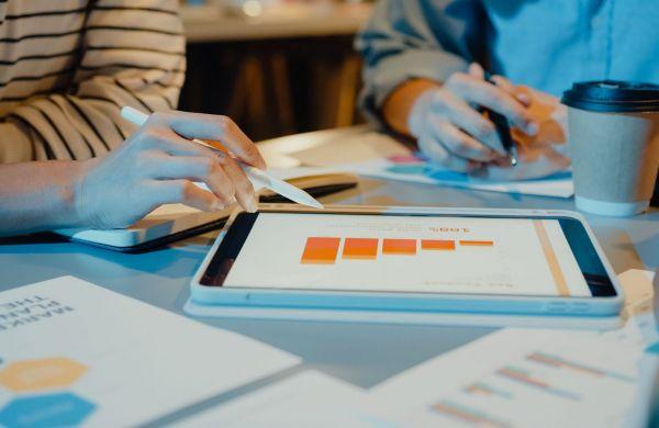 businesspeople-meeting-plan-analysis